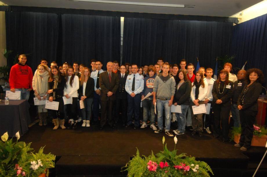 Soixante-quatorze jeunes ont reçu, hier, leur certificat de participation à la journée défense citoyenneté organisée au Palais des Congrès par le Centre du service national de Nice.(Photos Xavier Giraud et C.He.)