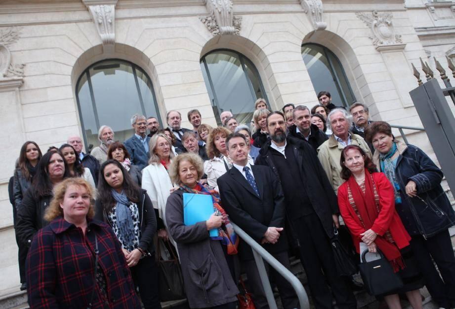 Les responsables de l'association cultuelle et des membres du comité de quartier du Parc-Impérial sur les marches du palais de justice, hier matin. (Photo Eric Dulière)