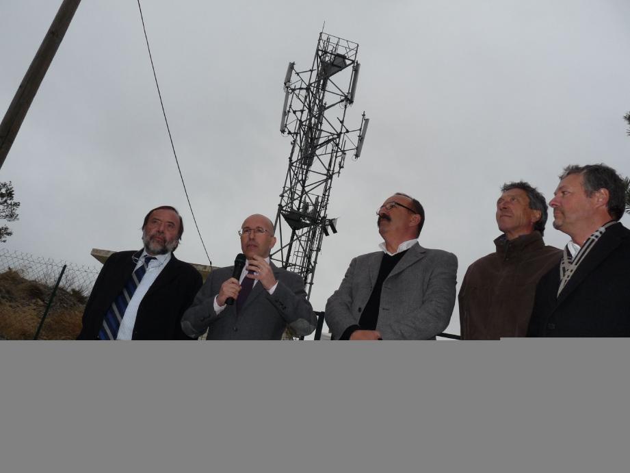 En mars dernier, Éric Ciotti, lors de la mise en service du relais financé par le Département, en compagnie de Gaston Franco et Claude Guigo.(Photo G. C.)