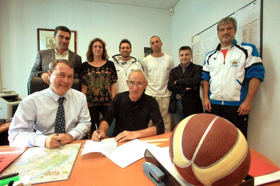 En présence notamment d'Eric Pauget, adjoint au sport de la commune, Jean-Marc Meuland (au premier plan, à gauche) , principal du collège Fersen et Jean-Marc Casabo, président de l'OAJLP (à droite) ont officialisé l'accord entre les deux parties.(Photo Cyril Dodergny)