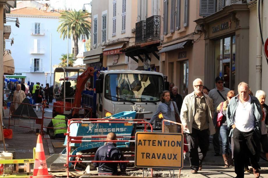 Les travaux de changement du réseau d'eau potable dans la rue de la République. Les commerçants font avec et certains comme au San Marco ou à la boucherie, trouvent que cette cohabitation forcée se fait plutôt bien.(Photos Cyril Dodergny)