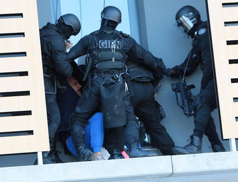 L'assaut est donné, le forcené maîtrisé. Hier matin, il ne s'agissait que d'un exercice. Mais il illustrait les missions très spéciales dévolues au GIPN, notamment à l'occasion du G20 la semaine prochaine à Cannes.(Photos François Vignola)