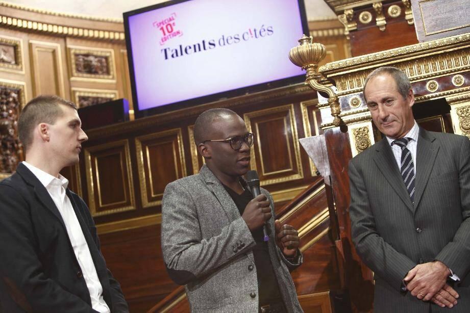 Jérémy Gravière et Albert Gasore, à droite, lors de la réception du prix au Sénat. (Photo DR)