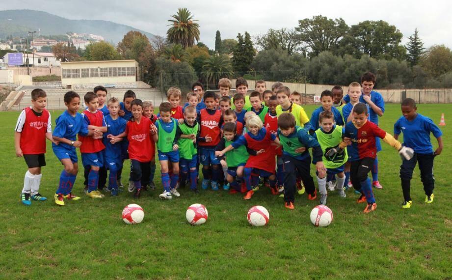 Toute la semaine, les jeunes, des catégories U-10 à U-13, s'entraînent sur la pelouse du stade Jean-Girard à l'occasion du stage de football de la Toussaint.(Photos P. C.)