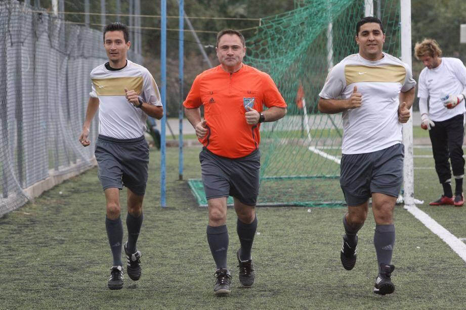 Agressé au mois de janvier dernier lors d'un match entre l'US Pégomas et le FC Porto, Yannick Mille (au centre, ici à Cannes aux côtés de Julien Nilles à gauche et de Fadil Darraz), a repris l'arbitrage. (Photo A.B.-J.)