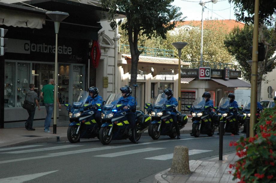 Les motards de la gendarmerie nationale , en repérage sur les itinéraires, comme ici en centre-ville, vendredi midi.(Photo R. P.)