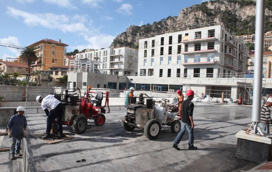 Sur le chantier, près de 200 ouvriers s'affairent. Livraison prévue pour fin 2012.(Photo Eric Dulière)