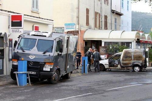 Un fourgon blindé de la société Esse a été la cible d'un braquage ce matin à Saint-Florent. Entre 3 et 6 hommes cagoulé et lourdement armés ont pris la fuite avec le butin.
