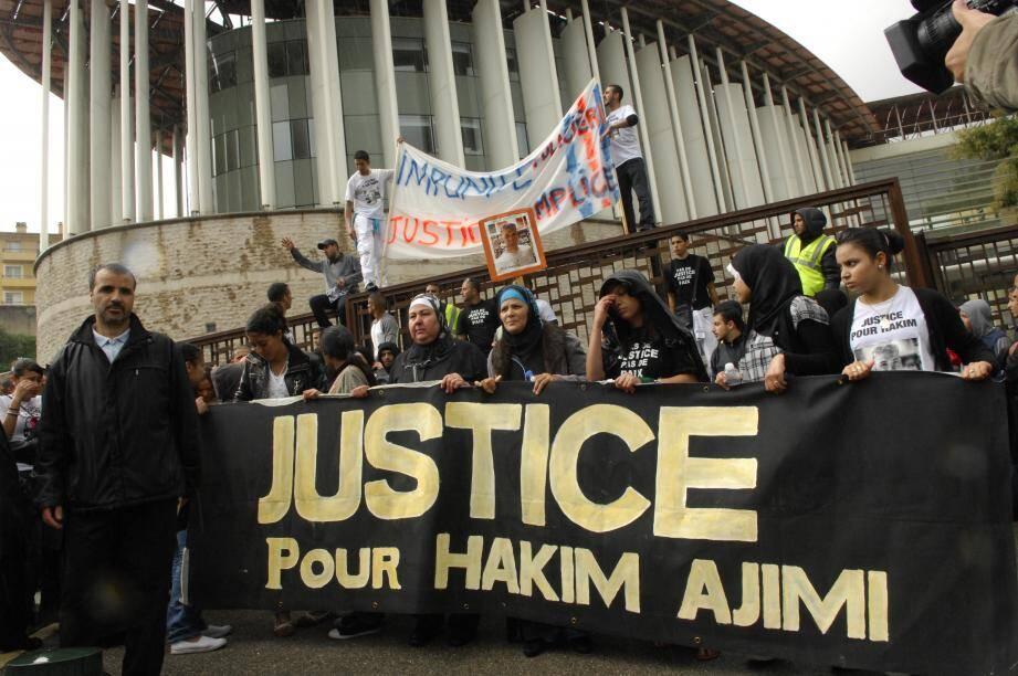 Manifestation pour Hakim Ajimi devant le palais de justice de Grasse en septembre 2010.