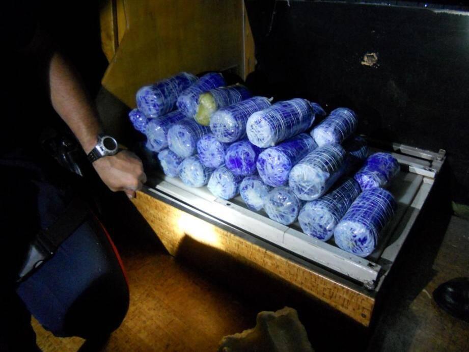 Bonne pioche pour les douaniers de la brigade de Fréjus qui ont intercepté, au péage du Capitou, un véhicule transportant discrètement plus de 25 kg de résine de cannabis.