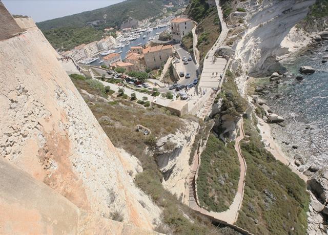 C'est de la citadelle de Bonifacio qu'ont été lancées les pierres qui ont tué le nourrisson, en 2008. Simple jeu ou volonté de blesser, c'est ce que le tribunal devra trancher.