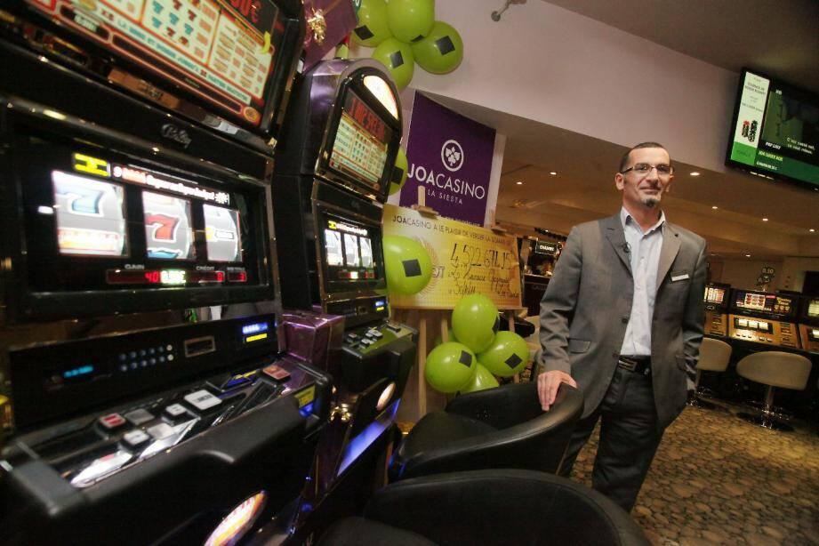 Le directeur général du casino de la Siesta, Zaria Sorovic, posait hier entre les machines qui ont porté chance et le chèque géant, symbole d'un jackpot record pour l'établissement et la région.