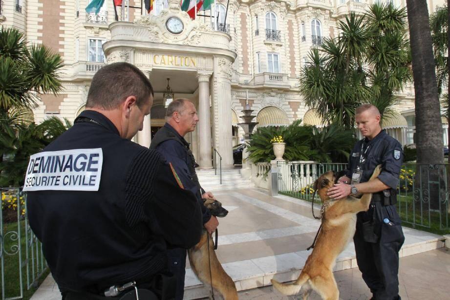 Les 102 démineurs du G20 inspectent les sites à risque avec les équipes cyno-techniques.(Photos Serge Haouzi)