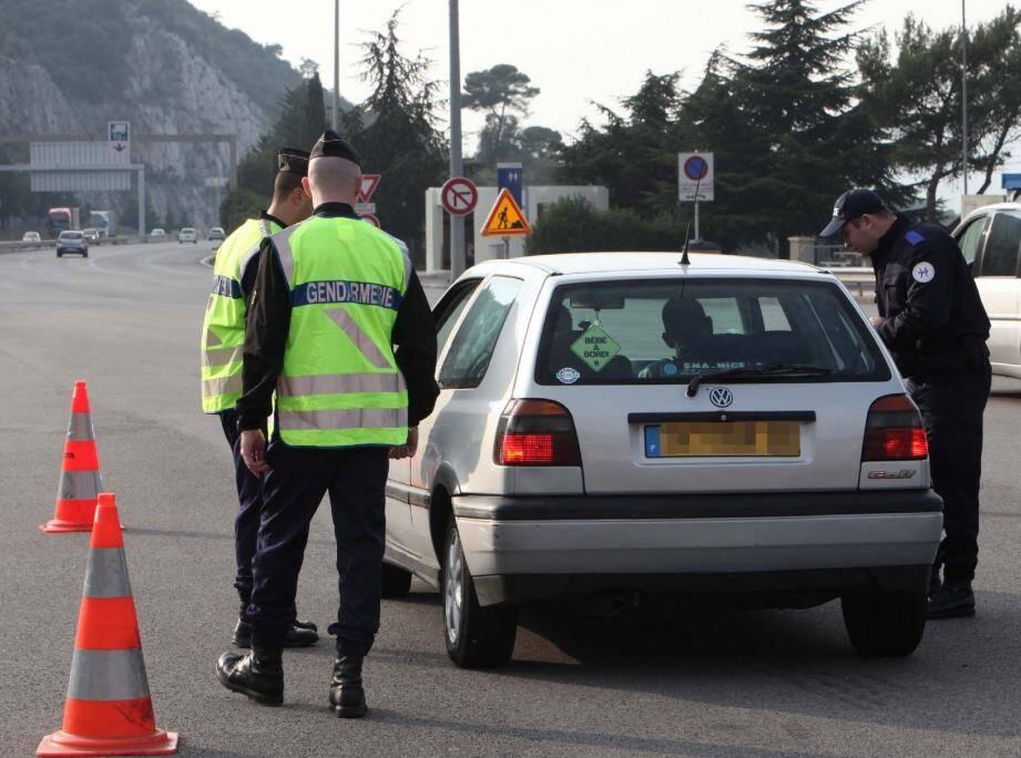 Les douaniers sont revenus accompagnés des gendarmes au poste-frontière de Menton.(Photo E. D.)