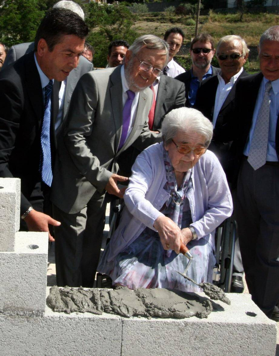 Le 21 juin dernier, Raymonde Vérola, radieuse, posait la première pierre du nouveau groupe scolaire de l'Escarène.
