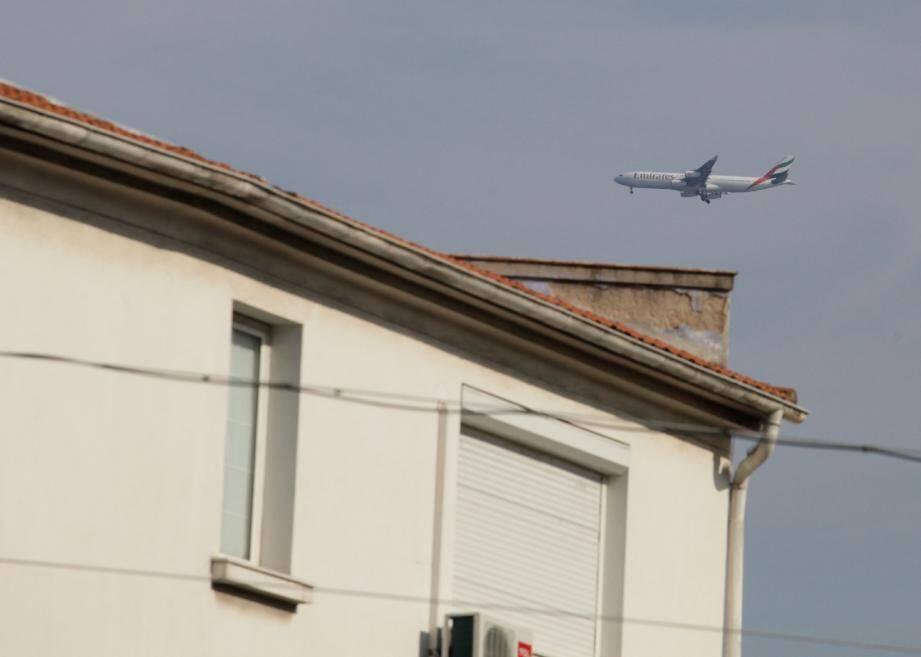Les avions du G20 vont s'ajouter au trafic normal à destinations de l'aéroport Nice-Côte d'Azur. La procédure Riviera sera difficile à respecter si les prévisions météorologiques s'avèrent exactes. Le survol d'Antibes pourrait alors être inévitable.