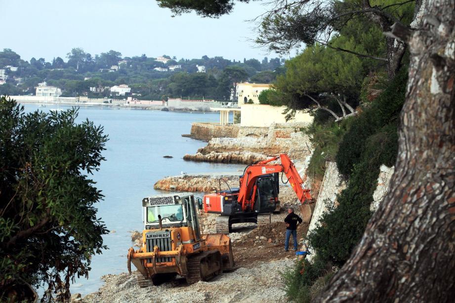 Après 10 jours de chantier, la majeure partie de la dalle de béton a déjà été démolie. Une partie devrait néanmoins demeurer côté ouest. (Photo Cyril Dodergny)