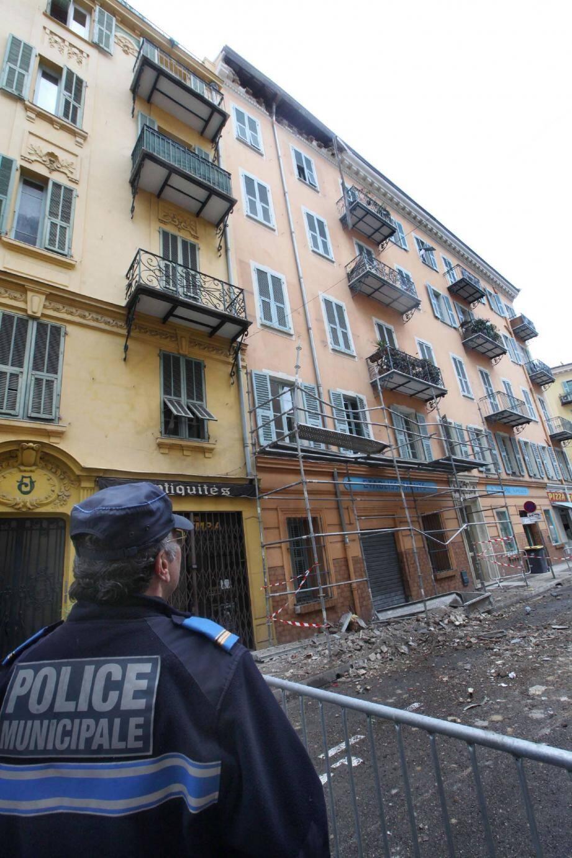 Le morceau de corniche s'est détaché du quatrième étage, heureusement sans faire de blessé.