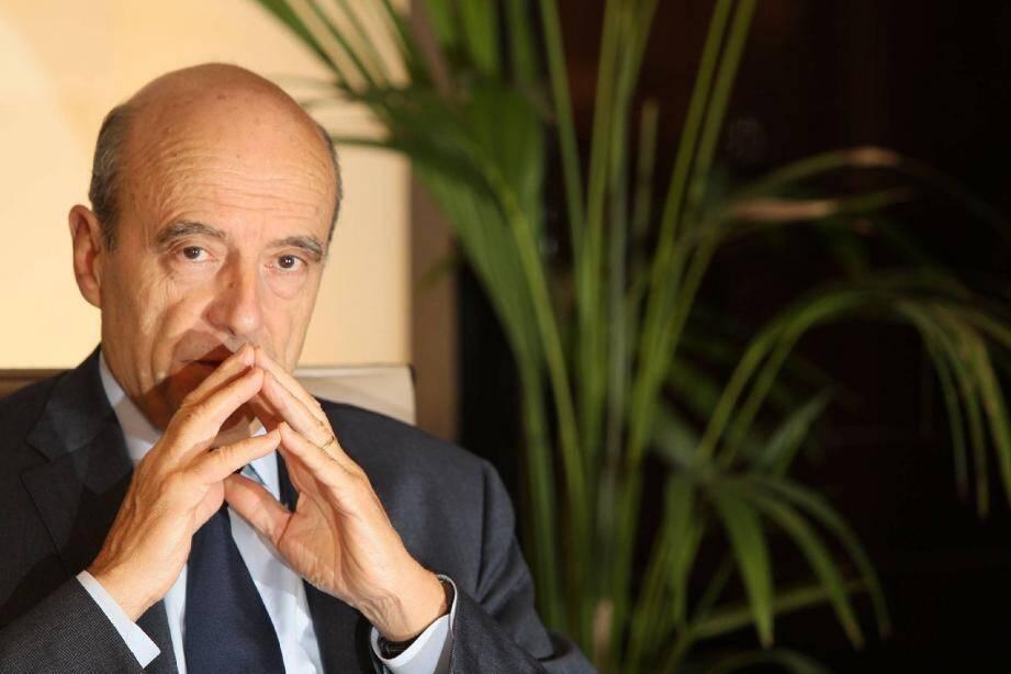 Hier soir, photo-souvenir entre Alain Juppé et Nicolas Sarkozy à l'issue de notre rencontre.