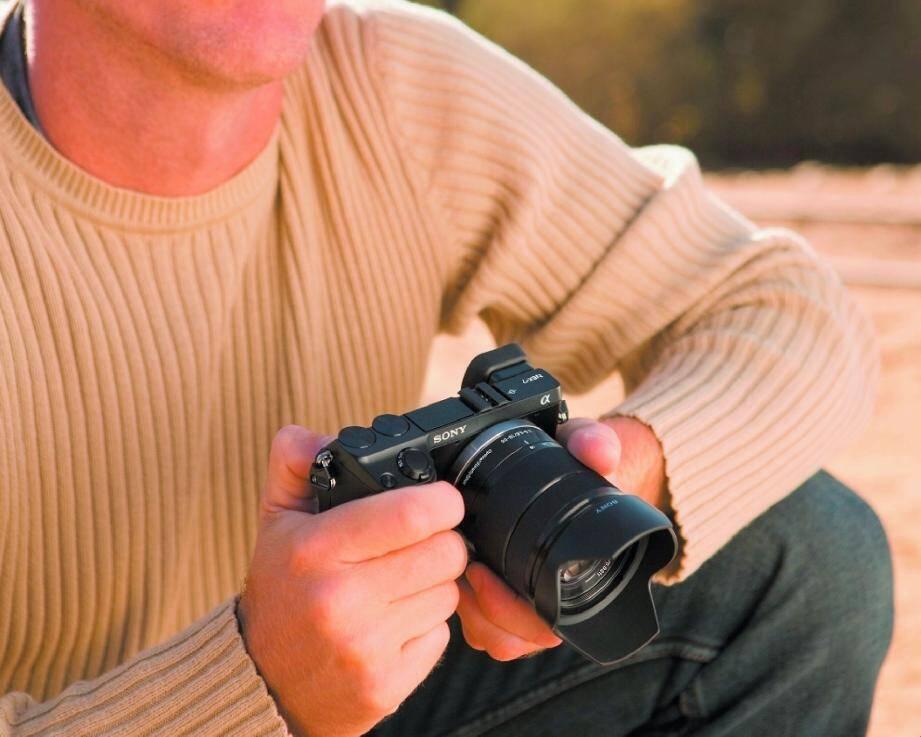 La Rolls de l'hybride, le Sony NEX-7 24,3 mégapixels, fera le bonheur des amateurs de reflex qui souhaitent photographier « léger ».(DR)