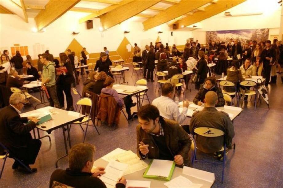 Entre 300 et 400 candidats sont venus rencontrer la trentaine d'employeurs présents.(Photos Gil.C.)