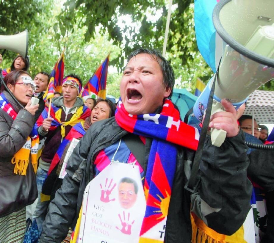 Une scène de crime financier devant la BNP du port. Les Tibétains sont venus crier leur détresse. Des « alter » ont été escortés sur la Prom'. (Photos Richard Ray)