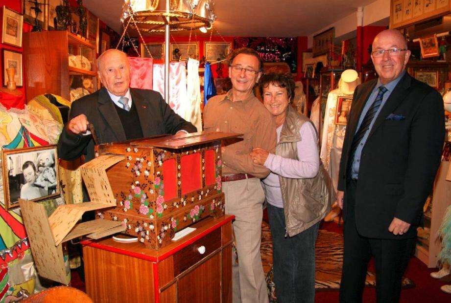 François-René Duchâble « aux anges » dans le musée privé du cirque d'Alain Frère, avec Michèle Frère et Pierre Bailet.(Photo V.d'A.)