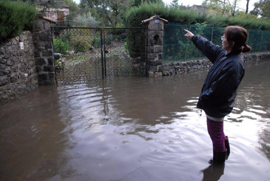 À chaque nouvel épisode pluvieux, la famille Dottori voit se former devant et dans sa propriété un lac qui met une bonne semaine à se résorber.