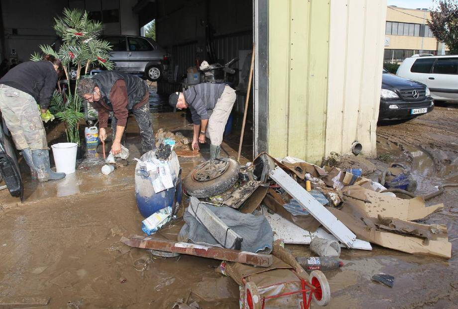 Un déluge de boue a envahi la zone industrielle de Mandelieu, comme ici la carrosserie Tonin Simonetti. (Photo Franz Chavaroche)