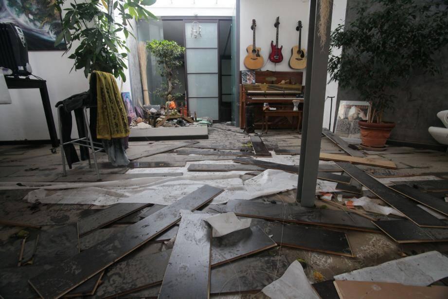 Hier, dans un appartement du chemin des Groules, à la limite entre Antibes et Biot, dévasté dimanche par une inondation d'1 mètre de hauteur environ.(Photo Vincent Rossotti)