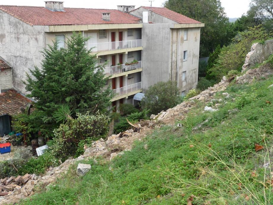 Dans le quartier de Saint-Claude, un mur d'une trentaine de mètres s'est effondré dans la nuit de samedi à dimanche. L'accident n'a fait aucune victime.