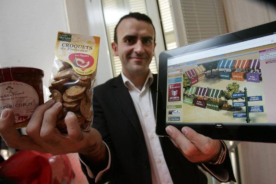 Nicolas le Hérissier, directeur marketing et communication de houra.fr, présente quelques produits distribués sur le Marché provençal.(Photo P. Arnassan)