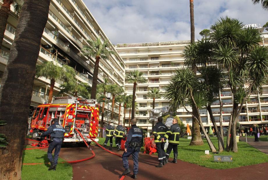 Vingt-cinq pompiers, huit véhicules de secours étaient sur place hier matin au 47 boulevard de la Croisette.(Photos Serge Haouzi)