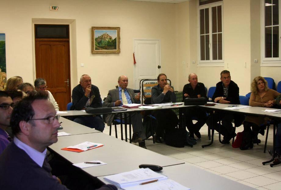 Le conseil municipal, très attentif, a écouté le maire expliquer les causes et les effets des intempéries.(Photo J.O.)