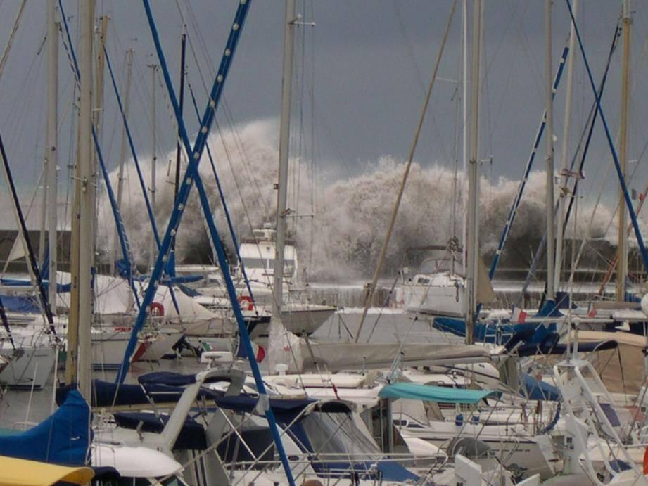 Selon Christophe, plaisancier et restaurateur sur le port, «ce type de coup de mer, avec cette houle du sud très forte qui vient du large est typique des mois d'octobre et de novembre. Mais des vagues de cette ampleur-là, c'est assez rare ici. »(Photo M. M.)