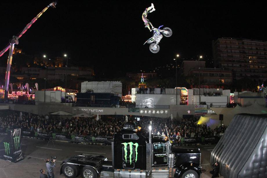 Demain, 21 heures, les amateurs de sensations fortes sont conviés par Monster à une démonstration de FMX au cours de laquelle des motos vont réaliser des cascades en simultané depuis deux rampes sur le port Hercule, comme l'année dernière.(Photo DR/MICS/Monster)