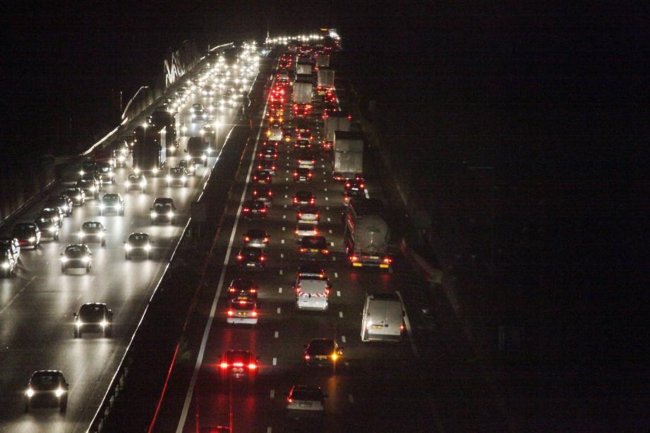 L'autoroute est restée longtemps moins praticable qu'aux heures de pointe mardi soir.(Photo V. Rossoti)