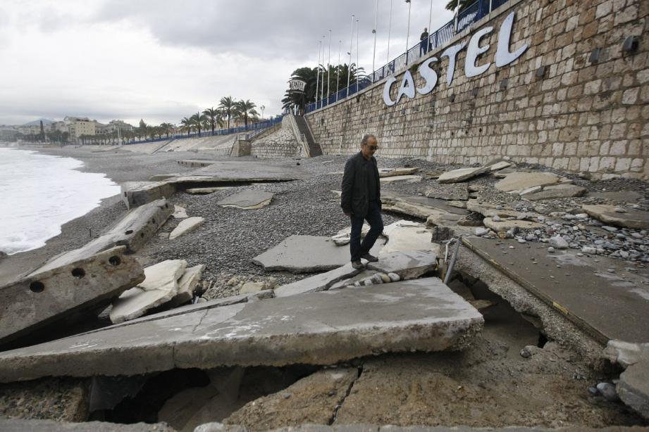 « On dirait que nous avons été frappés par un tir de missile », déplorait hier Ali, le patron de Castel plage.
