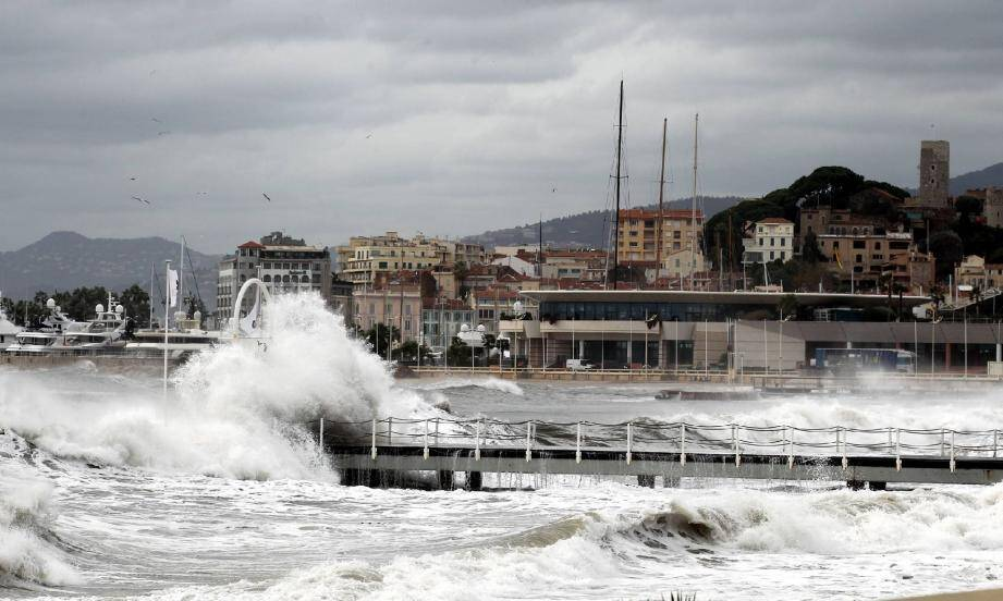 Sur les plages de la Croisette, la force des vagues a été atténuée par la digue immergée. (Photo S.H.)
