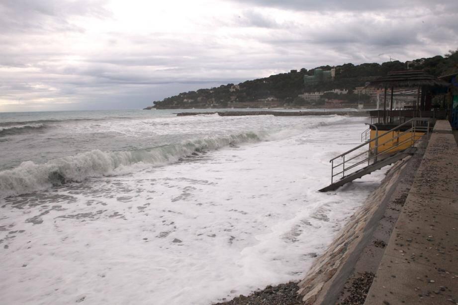 Un véritable spectacle de désolation. Les quelque 2,5 km de plages ont été touchés par le coup de mer de mardi.(Photos Eric Dulière)