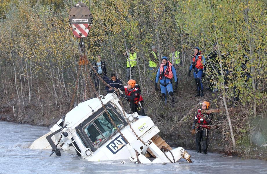 D'importants moyens mis en œuvre, dont une grue de 200 tonnes pour tenter de retrouver l'employé de chez Cari.(Photos Patrice Lapoirie)
