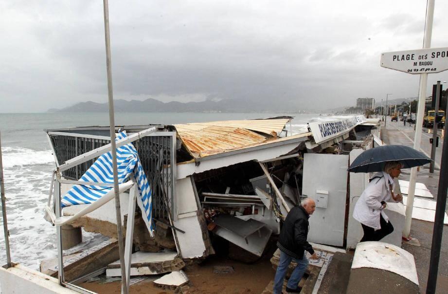 La plage des Sports, boulevard du Midi à Cannes, a subi des dégâts considérables.(Photo Serge Haouzi)