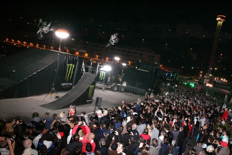 La darse devenue piste pour motards hier soir. Acrobatiques s'il vous plaît !(Photos Eric Dulière)