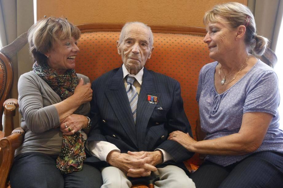 Robert Fers, cent ans aujourd'hui, entre ses filles aînées Claudine et Marie-France.(Photo Frantz Bouton)