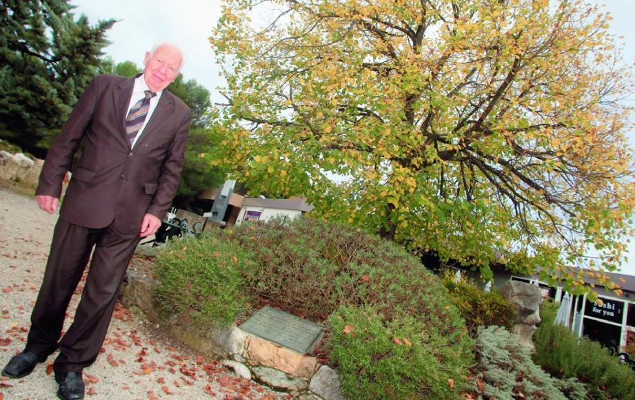 Le fondateur de la technopole pose devant « l'arbre de l'Europe », sur la place qui porte son nom. Là où tout a commencé il y a 40 ans, à deux pas de la fondation Sophia Antipolis. Bientôt un grand projet de réaménagement mené par le Symisa touchera le secteur.(Photos Cyril Dodergny)