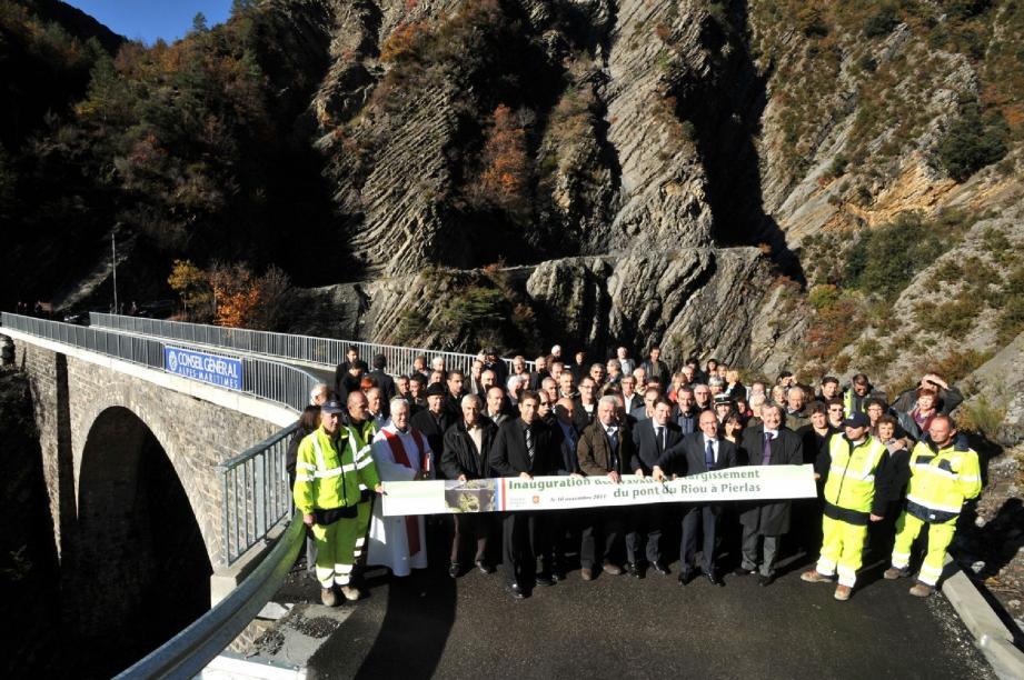 Jeudi, les élus et la population étaient réunis, sous un soleil radieux, à l'occasion de l'inauguration des travaux du pont du Riou.(Photo DR)