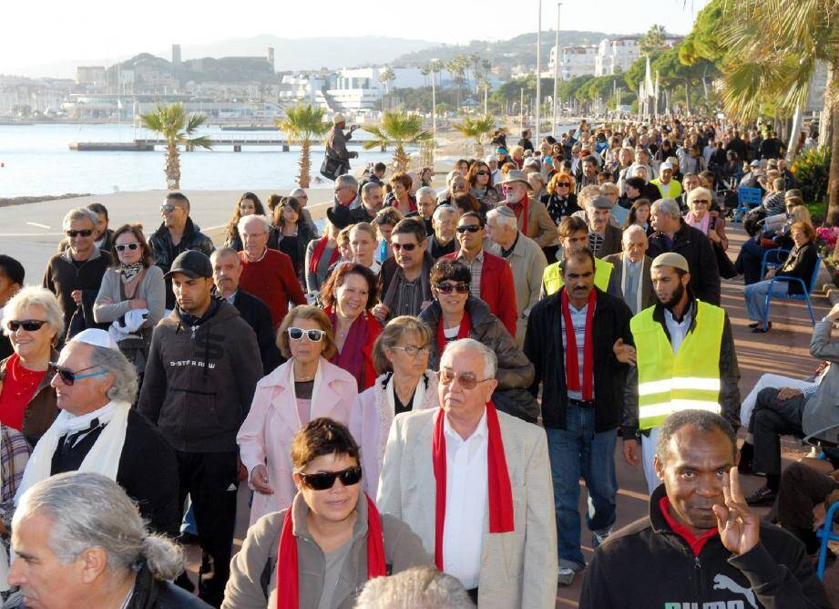 300 participants étaient attendus par les organisateurs. Finalement, ce sont 700 personnes qui ont défilé hier sur La Croisette pour délivrer un message de paix.(Photo Gilles Traverso)