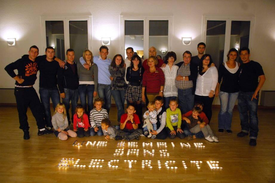L'ensemble des participants à l'émission Une Semaine sans électricité réuni pour fêter la fin de leur expérience.