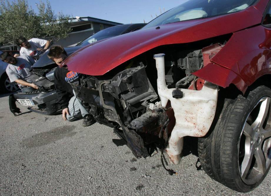 Si aucun passager n'a été blessé, l'état des voitures témoigne de la violence du choc. Le trio de sangliers n'y a pas survécu.(Photo Philippe Arnassan)