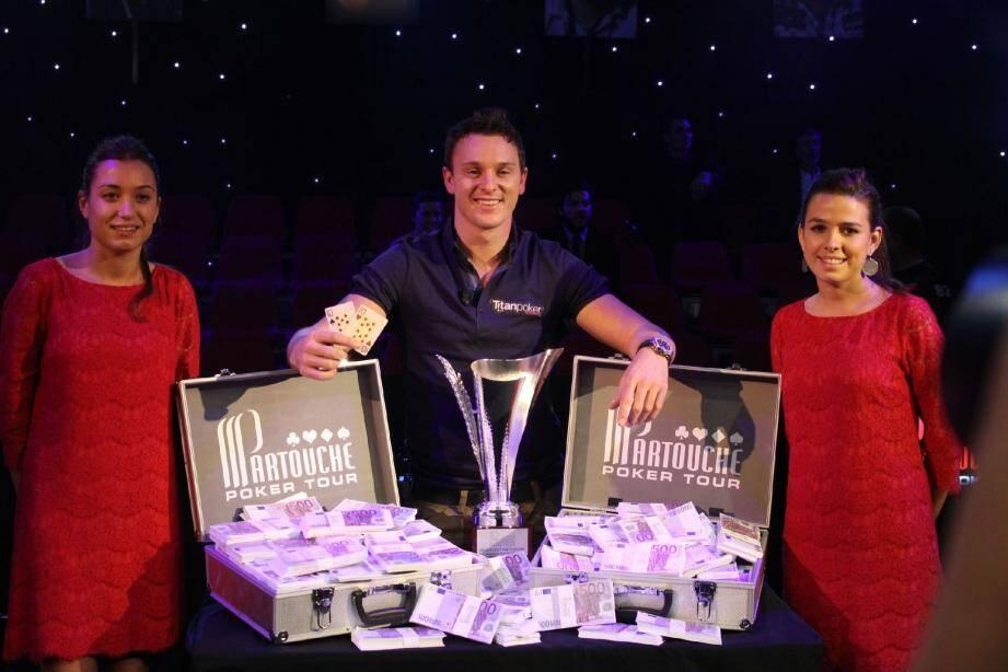 Une paire de dix, deux valises de billets... L'Anglais Sam Trickett, néo-millionnaire, vous salue bien.(Photo Partouche)